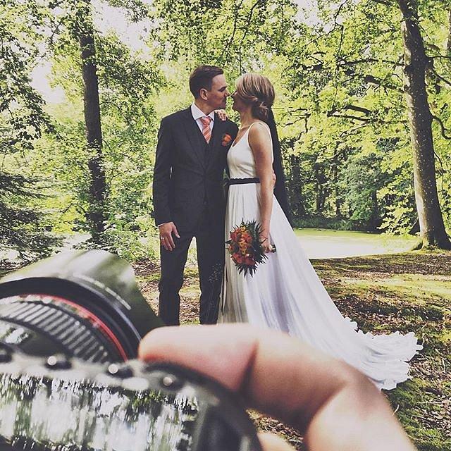 Laver billeder af Emil & Ann-Katarina som har sagt ja til hinanden idag.  #raisfoto